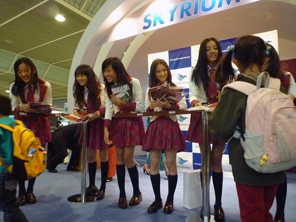 パンフレットを配布するJKT48